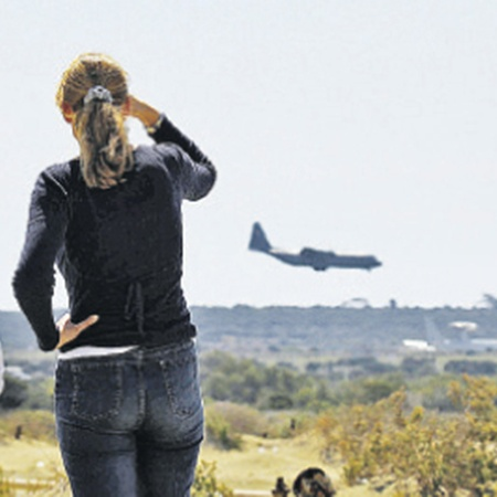 На Кипре уже появился новый фон для фотографий из отпуска: военные самолеты. Фото АП.