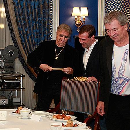 Ударник Иэн Пэйс вручил президенту РФ свой инструмент. Фото из личной интернет-страницы Медведева.