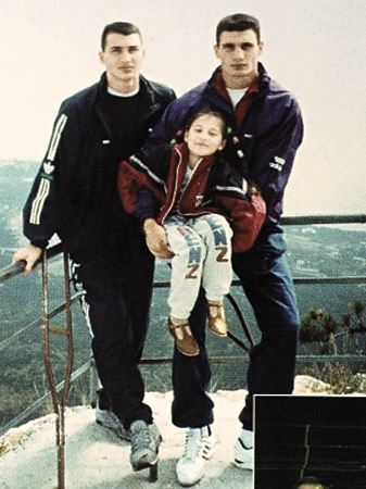 1992 год. Вова с загипсованной ногой (слева) и Виталий в Крыму. На фото с дочкой своего тренера Владимира Золотарева - Сашей.