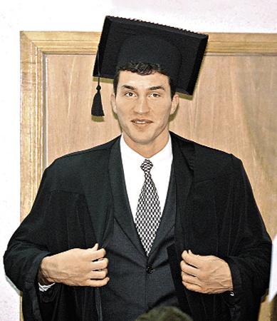 Над диссертацией Володя работал четыре с половиной года.