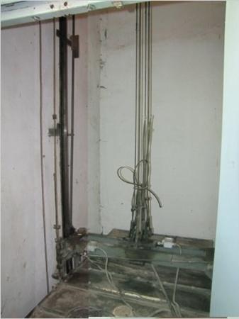 Все четыре троса лифта целы, инжинеры говорят, что произошло аварийное торможение на пружины из-за перегрузки. Фото с сайта
