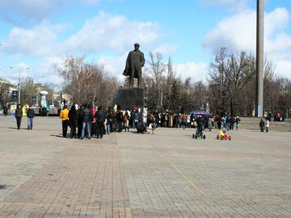 Дончане водили хороводы, строились в ряды, в общем, выполняли все, о чем их просили организаторы мероприятия. Фото: novosti.dn.ua.