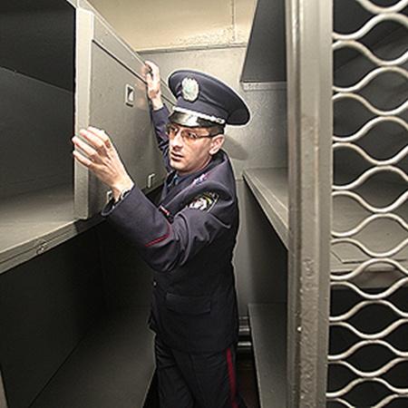 Сергей Осадчук показывает откидную полку в «купе» для заключенных.