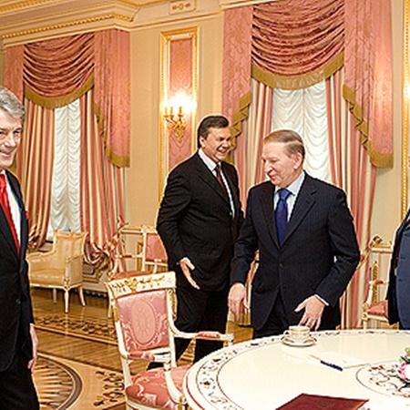 Еще месяц назад президенты мирно пили чай, а теперь их сложно представить вместе за одним столом. Фото Михаила МАРКИВА.