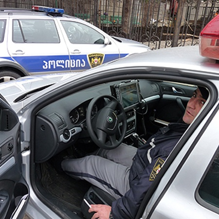 Полицейские автомобили оборудованы планшетными компьютерами, радарами для измерения скорости и сканерами номерных знаков.