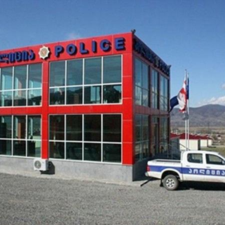 После 2004 года все полицейские участки в стране сооружают из стекла, чтобы каждый мог видеть, чем занимаются оперативники.