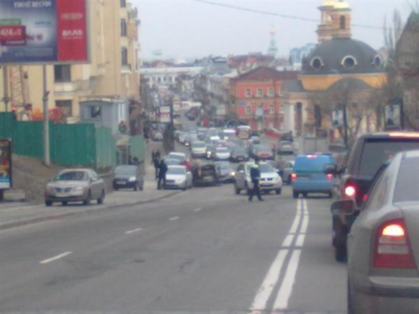 На месте аварии остались лужи крови и битое стекло. Фото с портала kiev.vgorode.ua.