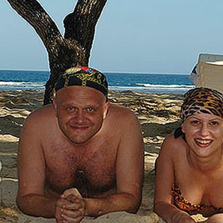 Муж-бизнесмен постоянно путешествовал с молодой женой по дорогим курортам. При этом Олег не выглядел болезненным.
