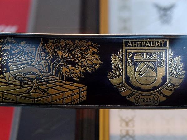 На сабле выгравирована история горнодобывающей индустрии. Фото с phylloscopus.livejournal.com.