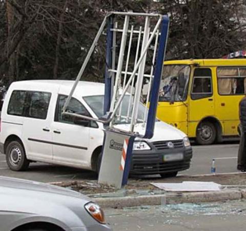 Geely влетело в ситилайт. Фото: www.0629.com.ua.