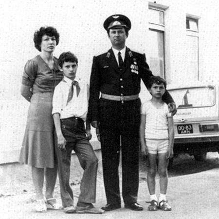 Родители держали сыновей в строгости: старший отвечал за то, что натворил младший.