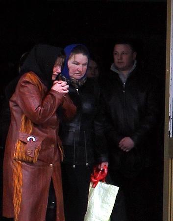 Галина Чуйко (слева) похоронила единственного сына. Фото Артема ПАСТУХА.