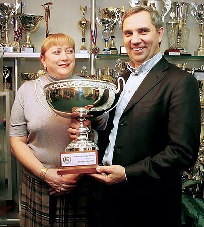 Александр Петров с трофеями сына. Фото Ильи Смирнова.