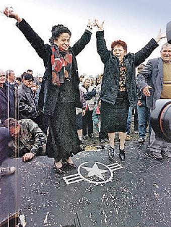 ...а так праздновали на крыле сбитого в марте 1999 года стелса сербы. Фото ИТАР - ТАСС.