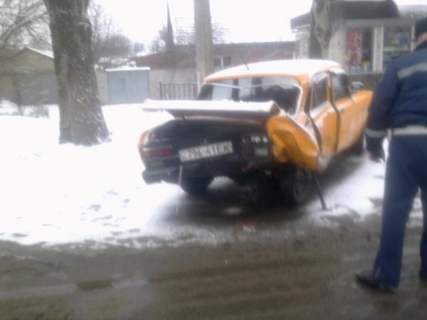 От удара «Москвич» оказался за пределами проезжей части. Фото: ura.dn.ua.