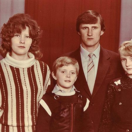 Толик вырос в дружной семье. На фото с мамой Надеждой Антоновной, папой Александром Ивановичем и сестрой Инной.