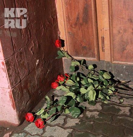 К квартире, где жила Людмила Марковна, кто-то принес цветы. Фото: Сергей ШАХИДЖАНЯН