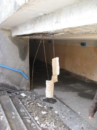 В Горловке обвалилась часть подземного перехода. Фото: 06242.