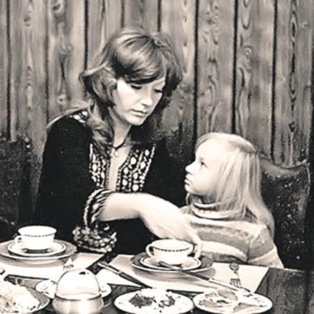 Строгая дочка с мамой-певицей.