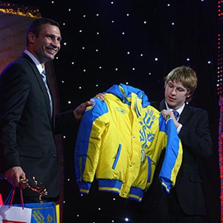 Виталий Кличко презентовал лучшему юниору куртку сборной. На самого такая бы точно не налезла!