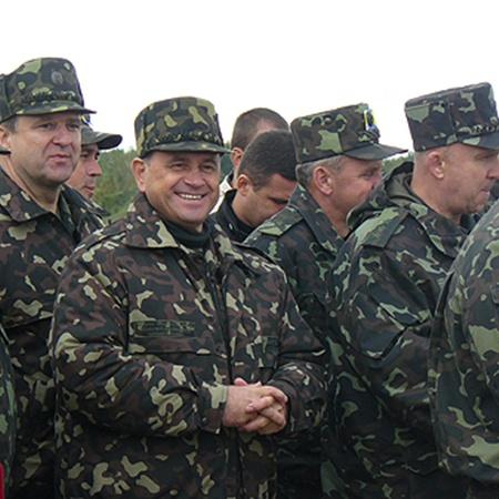 На комплексных войсковых учениях «Взаимодействие-2010». «Очень часто вижу Сергея Николаевича одетым в камуфляж. Наверное, нравится ему военная форма больше, чем гражданский костюм», - пошутил тогда начальник Генштаба генерал-полковник Григорий Педченко.
