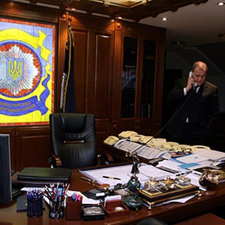 Глава силового ведомства всегда на связи. Фото Артема ПАСТУХА.