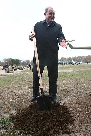 По традиции новоназначенный министр посадил дерево в учебном центре Внутренних войск под Киевом. Как он утверждает - не первое в своей жизни. Фото Максима ЛЮКОВА.