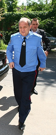 Охранник-помощник следует за министром как тень. Фото Максима ЛЮКОВА.