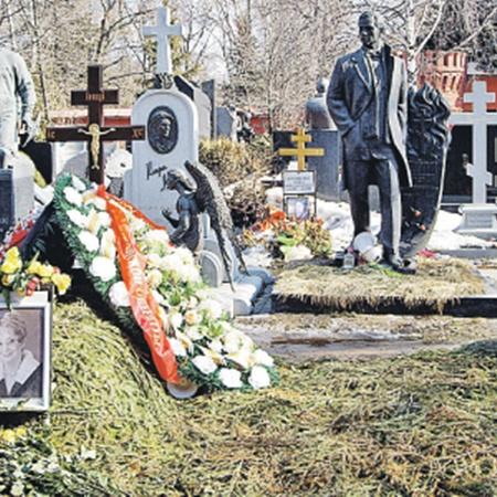 Место на 10-м участке Новодевичьего кладбища, где похоронят Гурченко. В кадр не попали могилы Вячеслава Тихонова, Олега Янковского - они левее Татьяны Шмыги. Фото Марины ВОЛОСЕВИЧ.