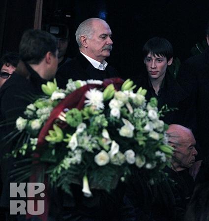 Никита Михалков приехал проститься с Людмилой Гурченко, с которой снимался в нескольких картинах, в тот момент, когда на экране транслировался последний клип актрисы. Фото: Владимир ВЕЛЕНГУРИН