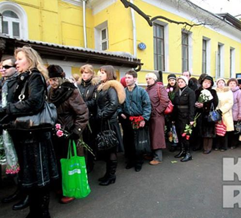 Проститься с великой актрисой пришли тысячи людей. Фото: Сергей ШАХИДЖАНЯН