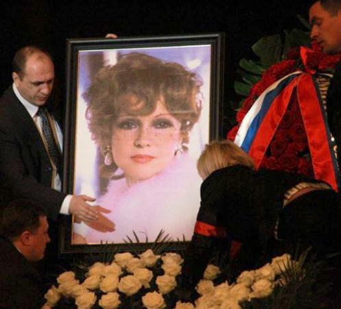 На сцене установили портрет с молодой Людмилой Гурченко. Фото: Сергей ШАХИДЖАНЯН