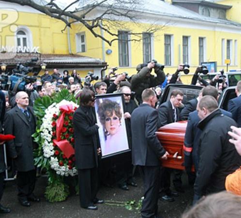 Людмилу Гурченко провожали под аплодисменты и крики «браво!». Фото: Сергей ШАХИДЖАНЯН