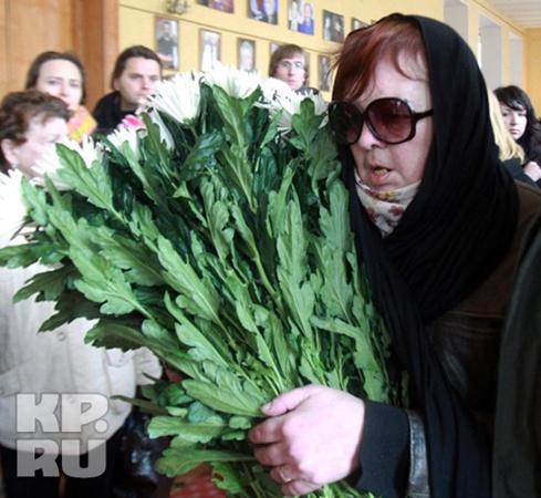 Дочь Людмилы Марковны пришла проститься с мамой. Фото: Сергей ШАХИДЖАНЯН
