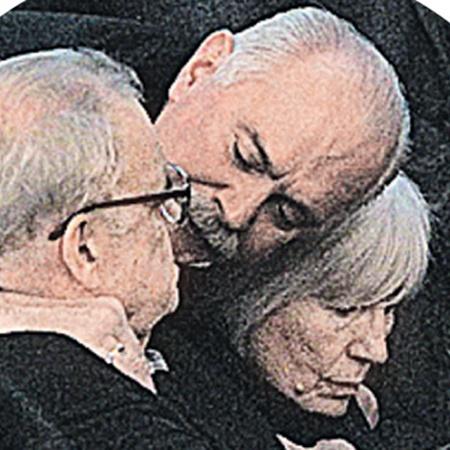 Никита Михалков утешает Эльдара Рязанова и его супругу.