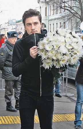 Дима Билан принес охапку белых хризантем - любимых цветов Людмилы Марковны.