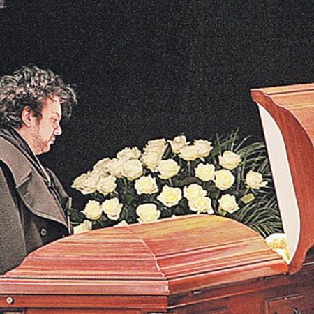 Филипп Киркоров долго стоял у гроба Людмилы Марковны. Она была для него близким человеком.