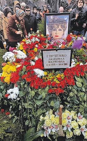 Могила актрисы на Новодевичьем кладбище утопает в цветах.