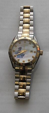Именные часы от Каддафи сделаны из чистого золота и обрамлены драгоценными камнями - такой хронограф получают только самые преданные работники резиденции лидера Джамахирии.