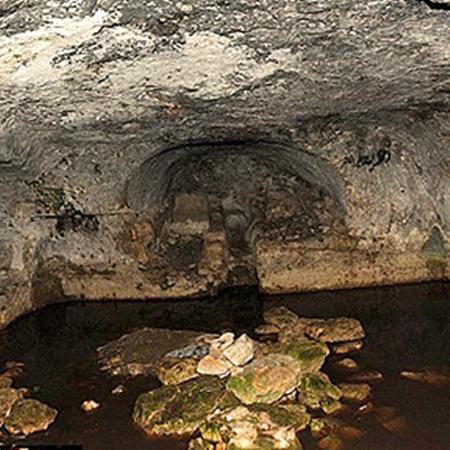 Пещера, в которой были найдены свинцовые книги.