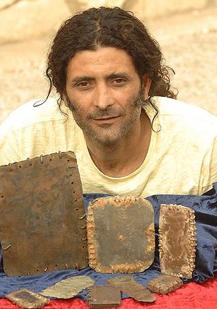 Бедуин Сайда, который сечас владеет свинцовыми книгами и утверждает, что их нашел еще его дудушка.