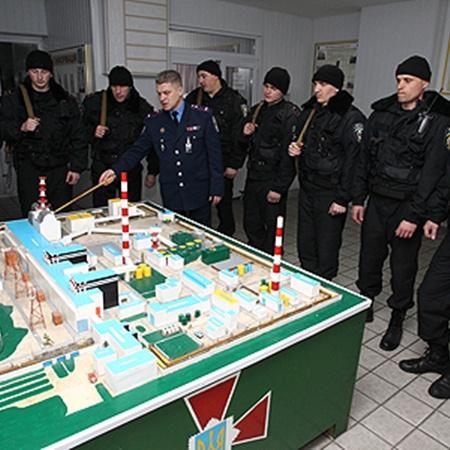 Бойцы внутренних войск, входящие в отряд специального назначения при Чернобыльской атомной.