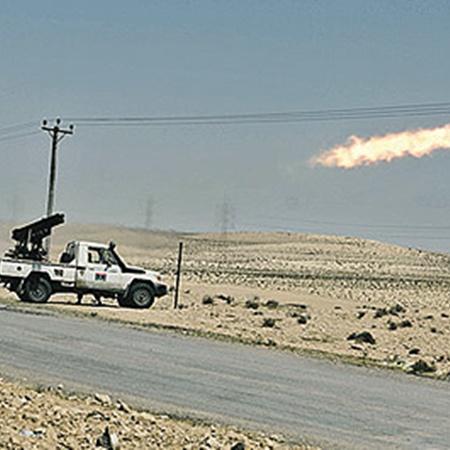 Повстанцы последними снарядами отстреливаются от наступающих правительственных войск. Но силы не равны: оппозиционеры откатываются все дальше на восток. Фото АП.