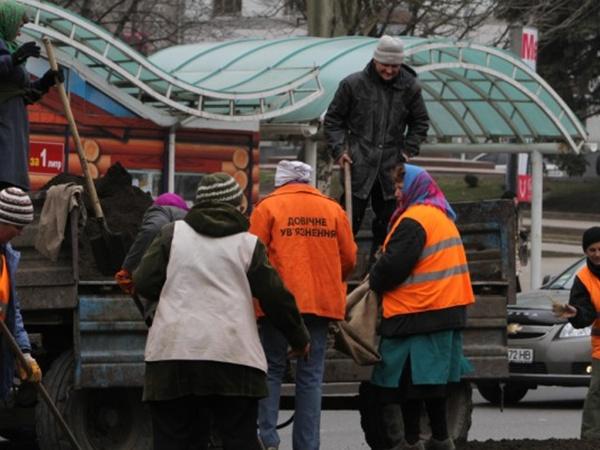 На улицах Донецка работают «пожизненно заключенные» женщины. Фото: 62.