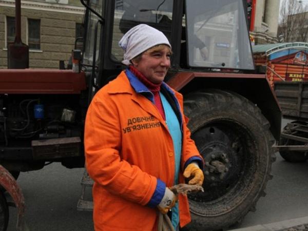 Работница «Зеленстроя» Светлана со знакомыми сделала при помощи трафарета надпись «довiчне ув'язнення» на оранжевой куртке ради «прикола». Фото: 62.