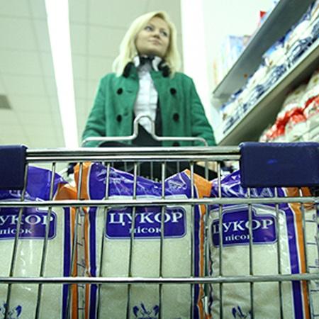Крупные супермаркеты могут держать низкие цены, а маленькие - нет.