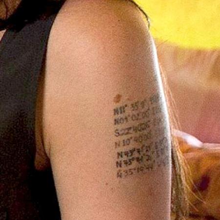Седьмая надпись на плече актрисы весьма удивила ее поклонников. Фото Daily Mail.