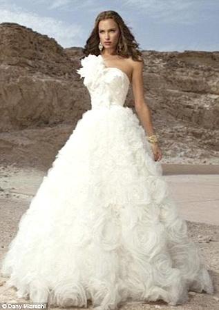 Большие цветы из тюля - один из трендов свадебной моды. Фото Daily Mail.
