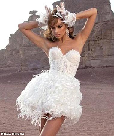 Корсет и короткая юбка - наряд для юной и дерзкой невесты. Фото Daily Mail.