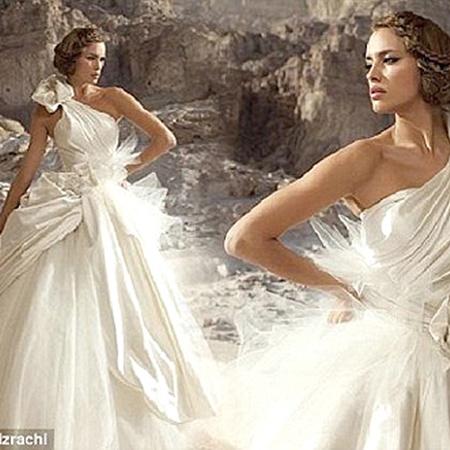 В этом платье Ирина Шейк напоминает греческую богиню. Именно этот наряд приглнулся модели больше остальных. Фото Daily Mail.